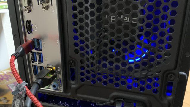 PC背面|銀色の部分がマザーボード背面端子|下の方のHDMI端子を接続している箇所がグラフィックカードの映像出力ポート
